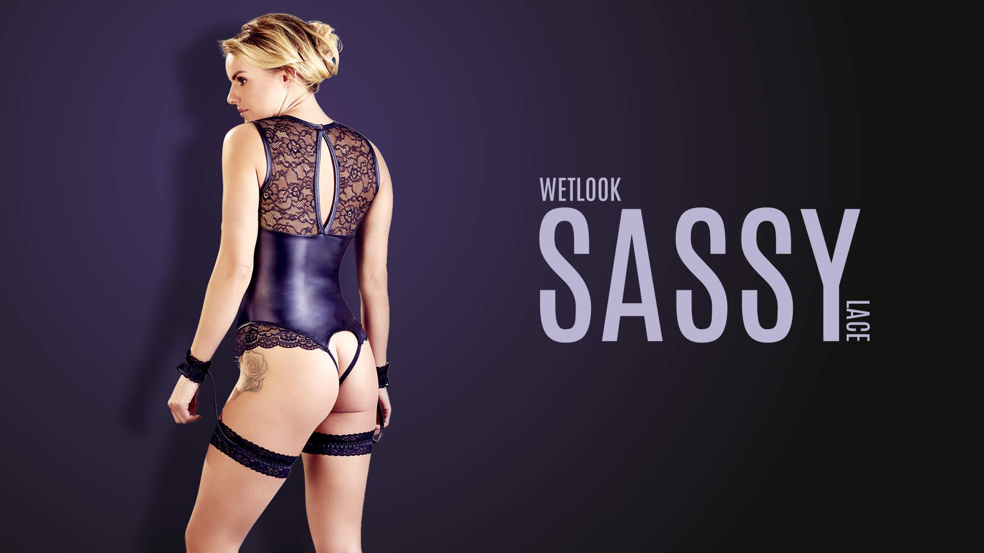 Wetlook Bondage Body med Blonder og Håndlænker